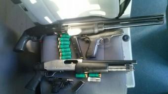 Les armes que es van trobar a dins del cotxe que van poder aturar. I al costat,  Foto:T.S
