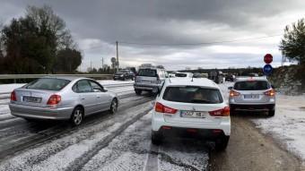 Diversos cotxes circulen amb precaució per la forta calamarsada entre el Pla de l'Estany i la Garrotxa Foto:ACN