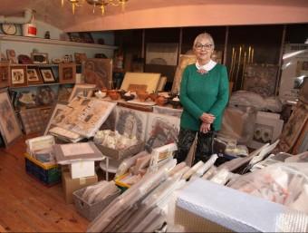 Dolors Bosch, al pis de dalt del seu estudi, on ja té embolicades moltes de les obres que exposarà a Sant Domènec Foto:JOAN SABATER