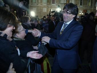 Carles Puigdemont, saludant la gent congregada a les portes del Palau de la Generalitat, el dia que va prendre possessió com a presidentj. ramos