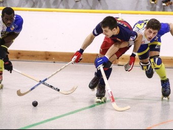 Pascual condueix la bola pressionat per Oller i amb Humberto a l'esquerre Foto:JUANMA RAMOS