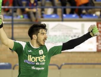 Xavier Crespo celebra un dels quatre gols que va fer a Maçanet Foto:QUIM PUIG