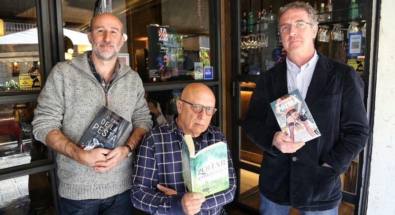 Imatge de Daniel Closa, F. Xavier Hernàndez Cardona i Jordi Panyella amb les novel·les de la nova editorial.