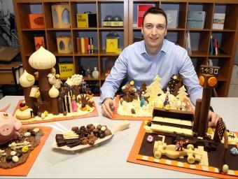 Vladimir Fileski, director general de Chocolat Factory, amb unes mones de xocolata a l'obrador de Sant Cugat del Vallès.  Foto:JUANMA RAMOS