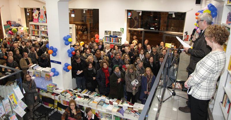 Imatge de Maria Carme Ferrer, la responsable de la llibreria, i Antoni Puigverd, fent el pregó als nombrosos assistents.