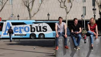 L'Aerobús al seu pas per la plaça Catalunya de Barcelona Foto:LLUÍS SERRAT