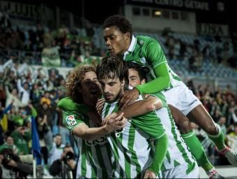 Cañas abraça a Beñat quan tots dos jugaven al Betís a la temporada 2012/13 a l'Alfonso Pérez Muñoz de Getafe. Foto:AFP