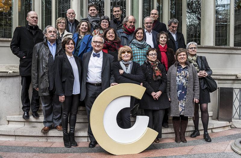 Imatge de membres del CoNCA amb els guanyadors dels Premis Nacionals de cultura 2016, ahir al migdia a Barcelona.