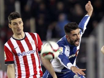Aduriz pugnant amb Álvaro en un duel de la passada temporada Foto:EFE