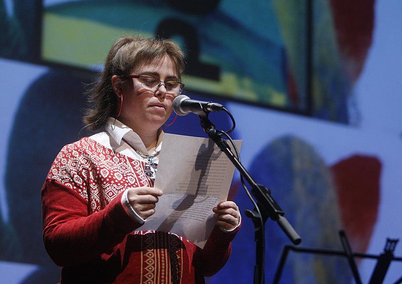 Imatge de Beatriz Ruiz, que va llegir el poema que Olga Xirinacs ha escrit amb motiu del Dia Mundial de la Poesia 2016.
