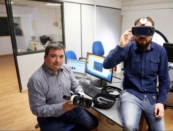Luismi Aras, junt a un dels empleats de la firma, amb unes ulleres de realitat virtual.  Foto:ANDREU PUIG