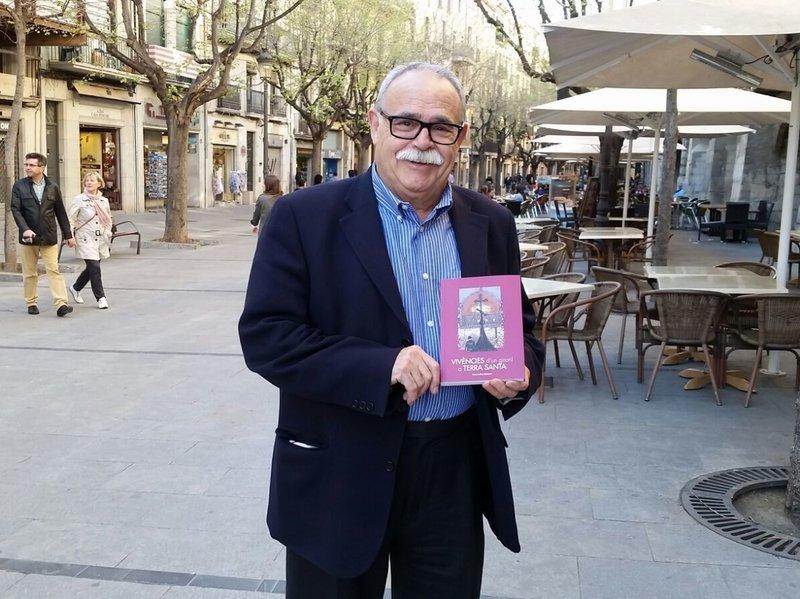 Imatge de l'autor Pere Codina amb el seu llibre 'Vivències d'un gironí per Terra Santa', a la Rambla de la Llibertat de Girona.