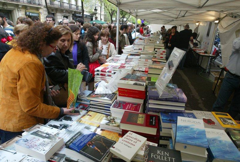 Imatge d'una parada de llibres durant la diada de Sant Jordi a Barcelona.