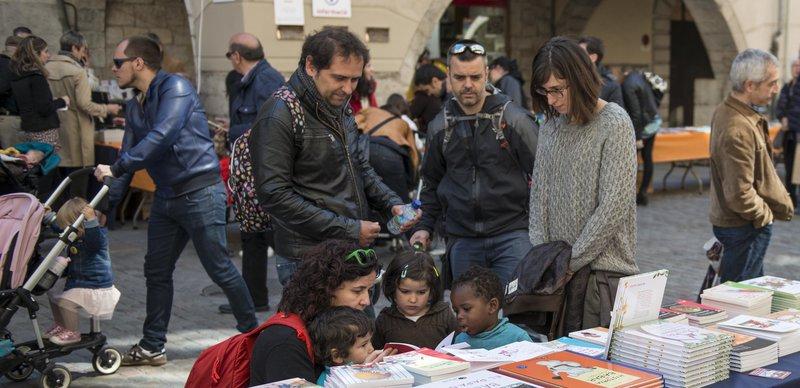Imatge d'alguns petits (i grans) lectors, ahir a la fira de la plaça del Vi.