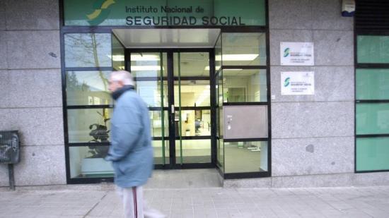 Un home passant per davant d'una oficina de Seguretat Social Foto:J.F