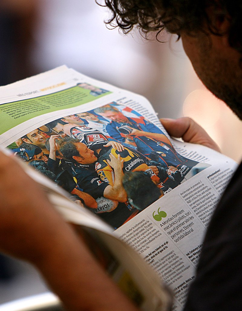 Imatge d'un lector de premsa amb un exemplar de 'L'esportiu'.