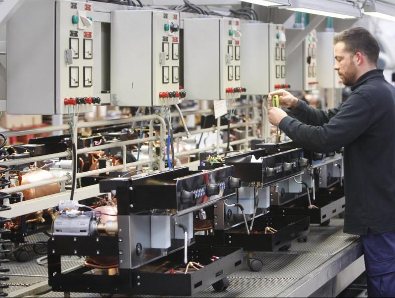 Imatge del muntatge de màquines de cafè a la planta d'Iberital a Sant Feliu de Llobregat.  Foto:ORIOL DURAN