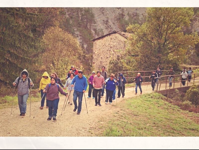 Imatge d'una activitat de marxa nòrdica organitzada per Salut Rural al Berguedà.  Foto:ARXIU