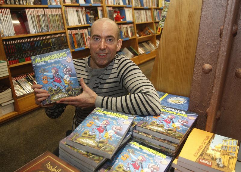 Imatge de Craig Thompson amb el seu darrer còmic a la llibreria Gigamesh de Barcelona.