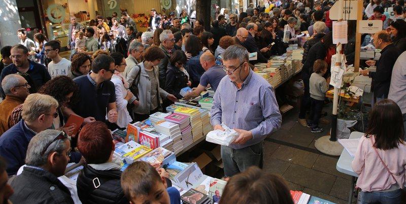 Imatge de les aglomeracions, que van ser la tònica dominant ahir al matí a la Rambla de Girona.