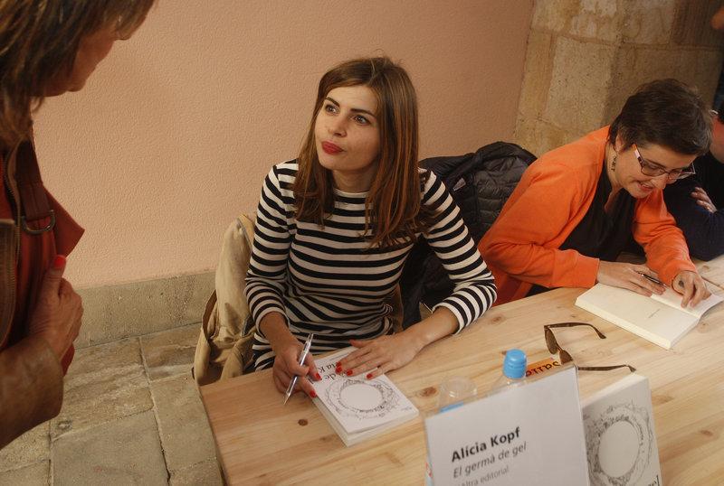 Imatge d'Alícia Kopf, signant el libre 'El germà de gel', per Sant Jordi.