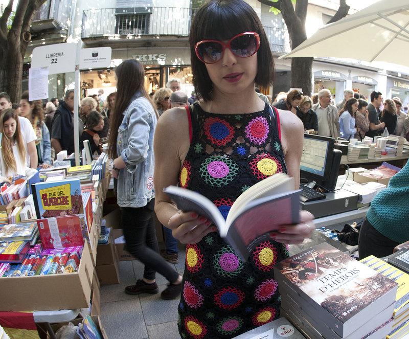 Imatge d'Anna Carreras, fent promoció del llibre per Sant Jordi en una parada de Girona.