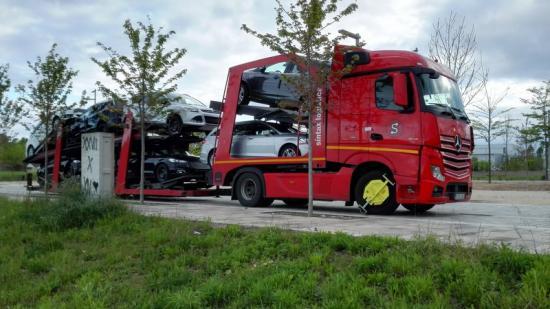 El camió del sospitós immobilitzat amb el parany i amb la porta precintada.  Foto:TURA SOLER