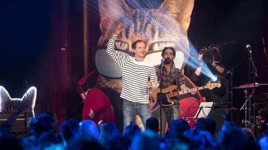 Una vintena de músics i intèrprets de l'escena musical catalana –a la imatge, Lluís Gavaldà, d'Els Pets– van participar en el concert d'aniversari de l'emissora Foto:JOSEP LOSADA