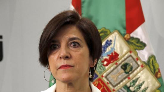 L'eurodiputada del PNV Izaskun Bilbao mostra la queixa enviada al comissari de Cultura de la UE i a l'Ambaixada de Suècia davant Brussel·les per l'afer de la ikurriña a Eurovisió Foto:EFE