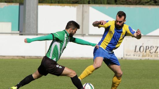 Guillem Cornellà i Marc Medina disputen una pilota durant el partit d'ahir jugat al municipal de Peralada Foto:JOAN SABATER