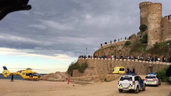 Efectius d'emergència i curiosos, ahir en la muralla de Tossa de Mar on es va produir l'accident Foto:NÚRIA CARNÉ