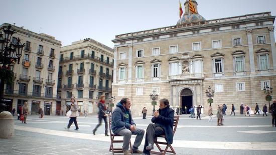 David Fernández i Jaume Asens a la plaça de Sant Jaume n una de les converses del documental. Foto:ZEBA PRODUCCIONS