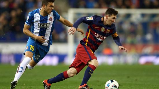Joan Jordán persegueix Leo Messi en el partit d'anada de l'eliminatòria de copa d'aquest any que va guanyar el Barça. Foto:TONI ALBIR / EFE