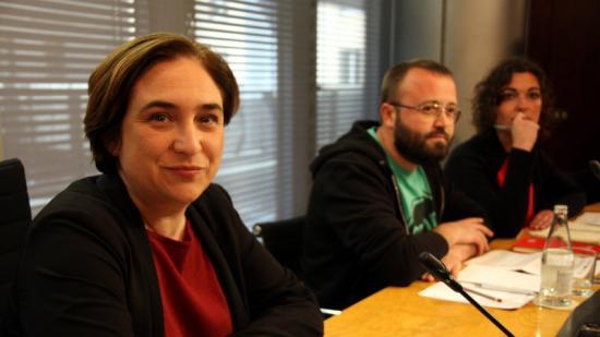 Colau, amb el portaveu de la PAH, Carlos Macías, i la portaveu de l'APE, Maria Campuzano Foto:ACN