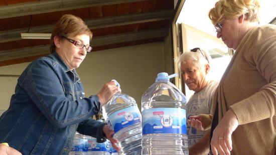 Dues veïnes recullen l'aigua en garrafes que subministra l'Ajuntament. Foto:NURI FORNS