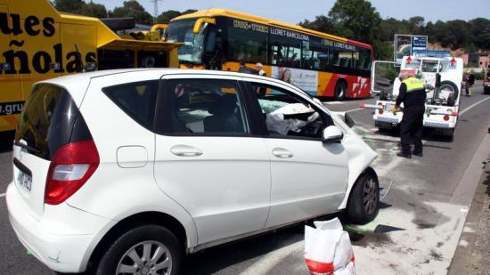 El vehicle de la víctima, i de fons, l'autobús amb el qual va topar Foto:ACN