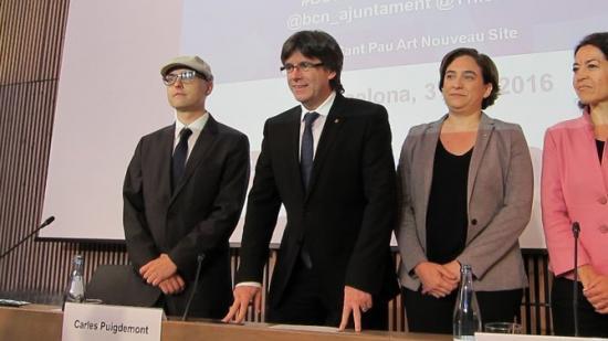 Carles Puigdemont i Ada Colau, acompanyats pel secretari general del Diplocat, Albert Royo i la portaveu d'Acnur a Espanya, María Jesús Vega Foto:EUROPA PRESS
