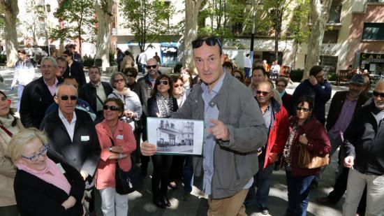 """Nik Duserm ,al centre del grup i donant explicacions durant la parada a la Rambla de la visita guiada """"la Guerra civil a Figueres"""" Foto:MANEL LLADÓ"""