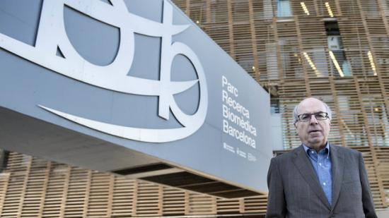 Jordi Camí davant l'emblemàtic edifici amb forma de ferradura a primera línia de mar, dimarts passat Foto:JOSEP LOSADA