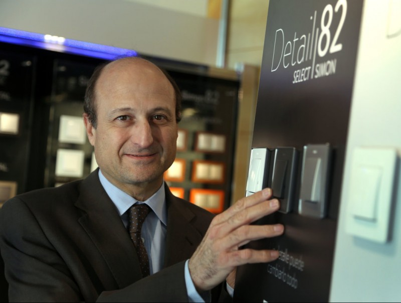 Luís Lopezbarrena, director general de Simon, amb els productes més identificatius del grup: els seus interruptors i endolls.  Foto:Quim Puig