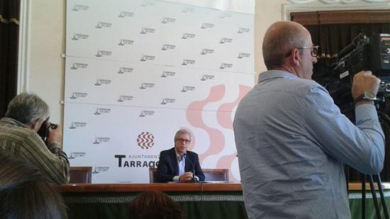 L'alcalde de Tarragona, ahir, fent una valoració de l'operació de la Guàrdia Civil Foto:C.F