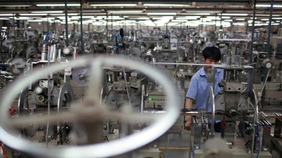 Un operari entre les màquines d'una factoria xinesa Foto:ALY SONG/REUTERS