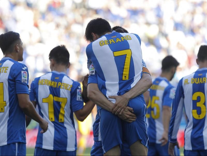 Gerard Moreno rep les felicitacions per un dels gols d'ahir Foto:FERRAN CASALS