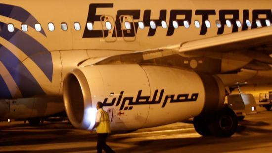 Un membre de seguretat davant un avió d'Egyptair a l'aeroport del Caire Foto:REUTERS
