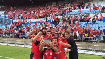 Els jugadors grana es fan un 'selfie' amb l'afició després del partit de Saragossa Foto:NÀSTIC