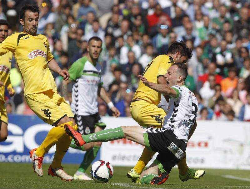 Migue García, caient al terra, en l'eliminatòria de campions contra el Reus Foto:MONTAÑÉS