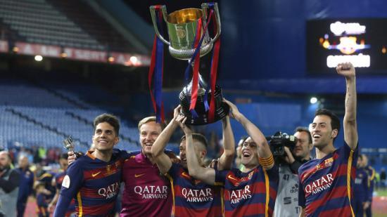 Bartra, Rakitic, Alba, Iniesta i Busquets mostren la copa als aficionats. Foto:EFE