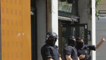 Tres agents dels Mossos davant la porta de l'anomenat Banc Expropiat Foto:ACN