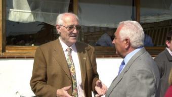 Francesc Pomés, a l'esquerra, en una imatge de l'any 2003, poc abans de deixar l'alcaldia de Sant Pol Foto:QUIM PUIG