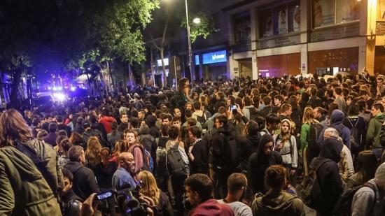 Els manifestants , en el moment de tornar a accedir al Banc Expropiat (al fons, a la dreta de la imatge).  Foto:Juanma Ramos